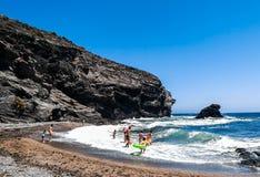 Люди имея полезного время работы на пляже на лете Отдых и свободное время стоковое фото rf