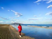 Люди имея полезного время работы на пляже на лете Отдых и свободное время стоковые изображения