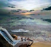 Люди имея полезного время работы на пляже на лете Отдых и свободное время стоковые фото