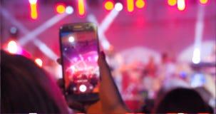 Люди используют видео умных телефонов рекордное на концерте музыки акции видеоматериалы