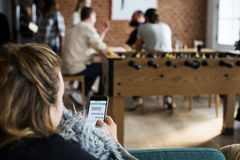 Люди используя единение мобильного телефона Стоковые Изображения RF