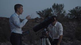Люди используя телескоп видеоматериал