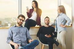 Люди используя smartphone Стоковая Фотография