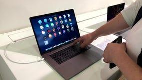 Люди испытывая самую последнюю модель Macbook Pro в магазине акции видеоматериалы