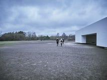 Люди исследуя лагерь на кулачке концентрации Sachsenhausen стоковые фотографии rf