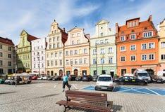 Люди и автомобили на квадратном Plac Solny в Wroclaw стоковое изображение