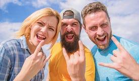 Люди и девушка наслаждаются музыкальным фестивалем Каникулы и хобби r Тяжелый рок навсегда Утес стоковое изображение rf
