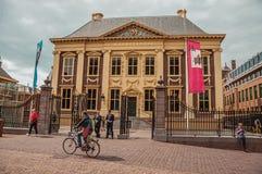 Люди и дом Mauritshuis, музей с голландскими картинами золотого периода на Гааге стоковое изображение rf