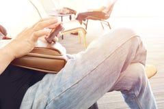 Люди и женщины держа мобильный телефон связывают Сидите перекрестное шагающее в прихожей Стоковые Фотографии RF