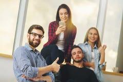 Люди и женщины используя smartphone Стоковое Изображение RF