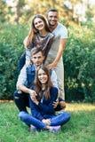 Люди и женщины на природе Усмехаться 4 счастливый друзей Стоковые Изображения
