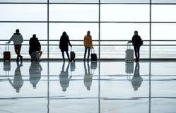 Люди и женщины стоят на терминальном салоне с багажом Стоковое фото RF