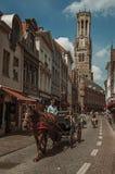 Люди и колесница с лошадью в улицах Брюгге стоковое изображение rf