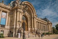 Люди и лестница на золотом стробе Петит Palais на Париже Стоковое Фото