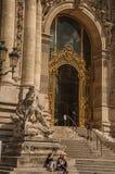 Люди и лестница на золотом стробе Петит Palais на Париже Стоковые Фотографии RF