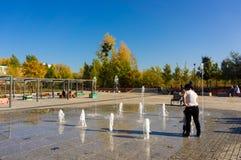 Люди и фонтан стоковое фото