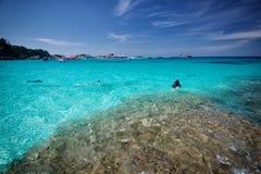 Люди и шлюпки подныривания на острове Пхукета, similan острове Стоковые Фото