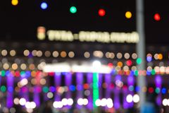 Люди катаются на коньках в вечере на катке города стоковое изображение