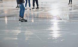 Люди катаясь на коньках в парке на катке зимы катаясь на коньках Стоковое Фото