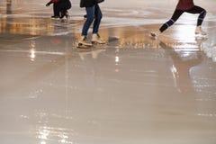 Люди катаясь на коньках в парке на катке зимы катаясь на коньках Стоковое Изображение RF