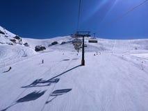 Люди катаясь на лыжах на белых наклоне снега или беге лыжи Стоковые Фото