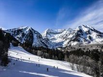 Люди катаясь на лыжах вниз с горы Стоковая Фотография RF