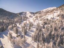 Люди катаясь на лыжах в красивом лыжном курорте Snowy на зиме Стоковое фото RF