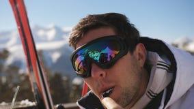 Люди конца-вверх в обедающем стекел лыжи в ресторане на под открытым небом акции видеоматериалы