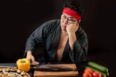 Люди, концепция tiredness Грустный человек после варить в кухне стоковое изображение rf