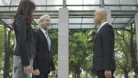 Люди корпоративного бизнеса говоря в лобби здания Стоковые Фото