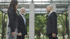 Люди корпоративного бизнеса говоря в лобби здания Стоковые Изображения RF