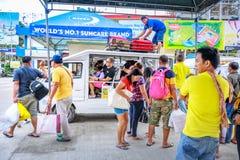Люди которые едут jeepney для того чтобы пойти к назначению основы Boracay Стоковые Изображения RF
