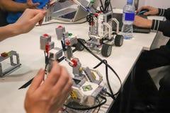 Люди которые конструируют роботы стоковое фото rf