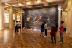 Люди которые наблюдают экспонаты в изящных искусствах Национальном музее, Манила, Филиппины, 8,2019 -го июнь стоковое фото