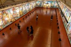 Люди которые наблюдают экспонаты в изящных искусствах Национальном музее, Манила, Филиппины, 8,2019 -го июнь стоковые фотографии rf