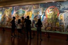 Люди которые наблюдают экспонаты в изящных искусствах Национальном музее, Манила, Филиппины, 8,2019 -го июнь стоковые фото