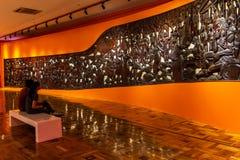 Люди которые наблюдают экспонаты в изящных искусствах Национальном музее, Манила, Филиппины, 8,2019 -го июнь стоковая фотография