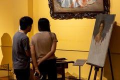 Люди которые наблюдают экспонаты в изящных искусствах Национальном музее, Манила, Филиппины, 8,2019 -го июнь стоковая фотография rf