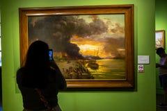 Люди которые наблюдают экспонаты в изящных искусствах Национальном музее, Манила, Филиппины, 8,2019 -го июнь стоковые изображения rf