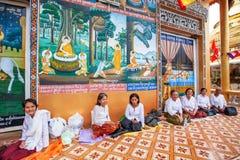 Люди кхмера буддийские для того чтобы сделать заслугу на виске стоковое изображение