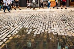 Люди лужицы улицы булыжника Стоковая Фотография