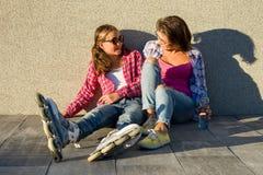 Люди, материнство, семья и концепция принятия - счастливая мать и дочь говоря outdoors Стоковое Изображение RF