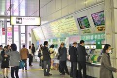 люди младшего akihabara покупая помещают билеты стоковое изображение rf