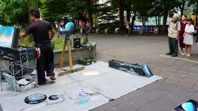 Люди наблюдают шоу художника улицы, парк Ueno стоковые фото