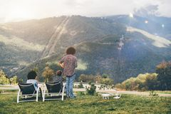 Люди наблюдающ горами лета от пункта бдительности Стоковая Фотография