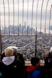 Люди наблюдающ горизонтом Нью-Йорка от смотровой площадки Эмпайр-стейт-билдинг стоковые изображения rf