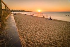 Люди наблюдая заход солнца на пляже в Frankston, Австралии Стоковая Фотография RF
