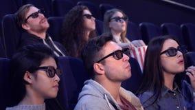 Люди наслаждаются влияниями 3D на кинотеатре стоковое изображение