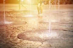 Люди наслаждаются летом Стоковые Изображения