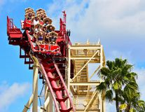 Люди наслаждаясь ездой Rockit сулоя Голливуд на тематическом парке студий Universal стоковые фотографии rf